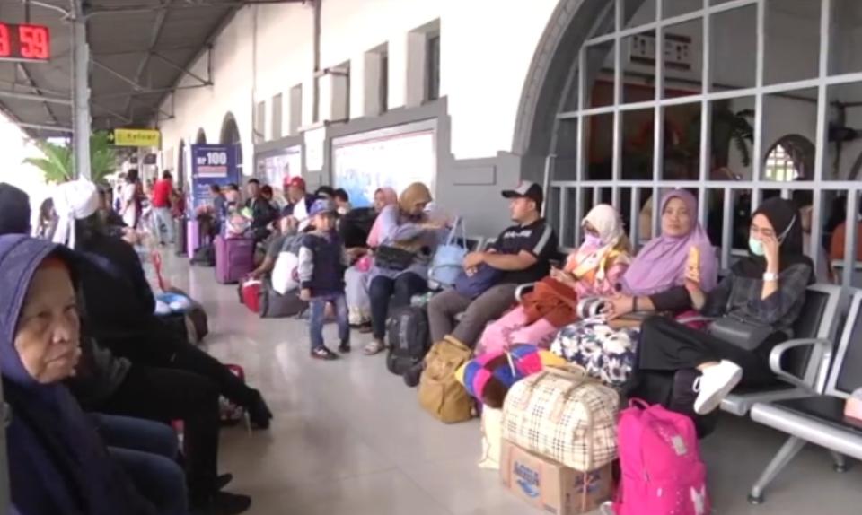 Foto: Para penumpang KA di Stasiun Pasar Senen, Jakarta. (Ist)