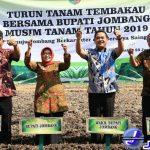 Foto: Bupati bersama Wabup Jombang dalam kegiatan turun tanam tembakau tahun 2019. (Alghoni Luberta/Jurnaljatim.com)