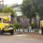Truk Fuso Warga Jombang Tabrak Mobil Tangki Parkir di Kediri