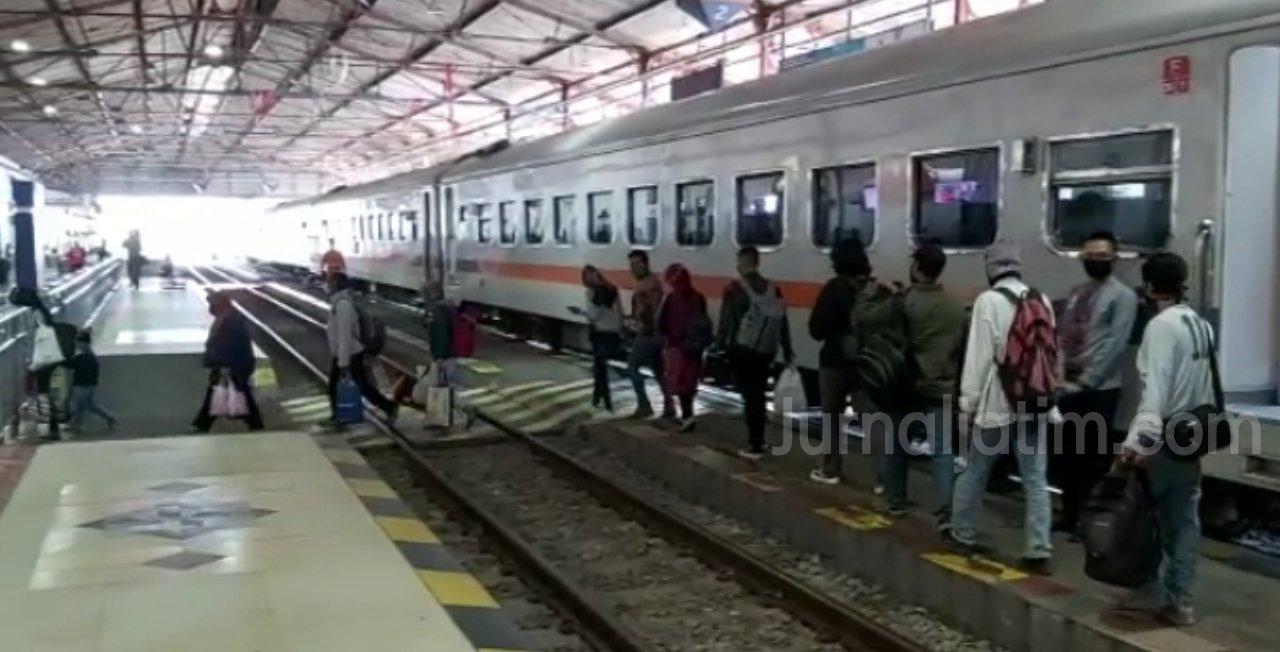Penumpang Kereta di stasiun