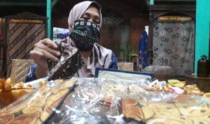 Cegah COVID-19, Istri Kapolsek Produksi Masker Kain Batik Khas Jombang