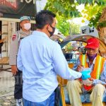 Polisi Jombang Bagi Nasi Bungkus Disela Patroli Pencegahan COVID-19