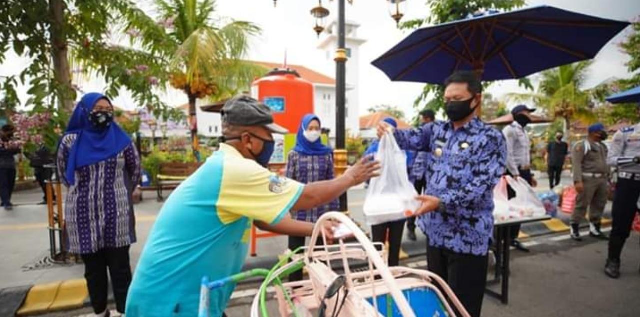 Pemkot Madiun bagi 2000 bungkus nasi ke Warga