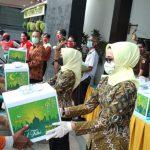 Kejari Tanjung Perak Bagikan Sembako Hingga Hand Sanitizer ke Warga