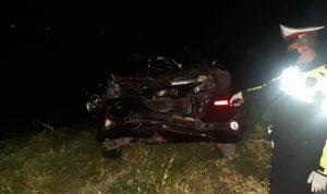 Tabrak Pembatas Jalan, Xenia Dihantam Tronton di Tol Ngawi