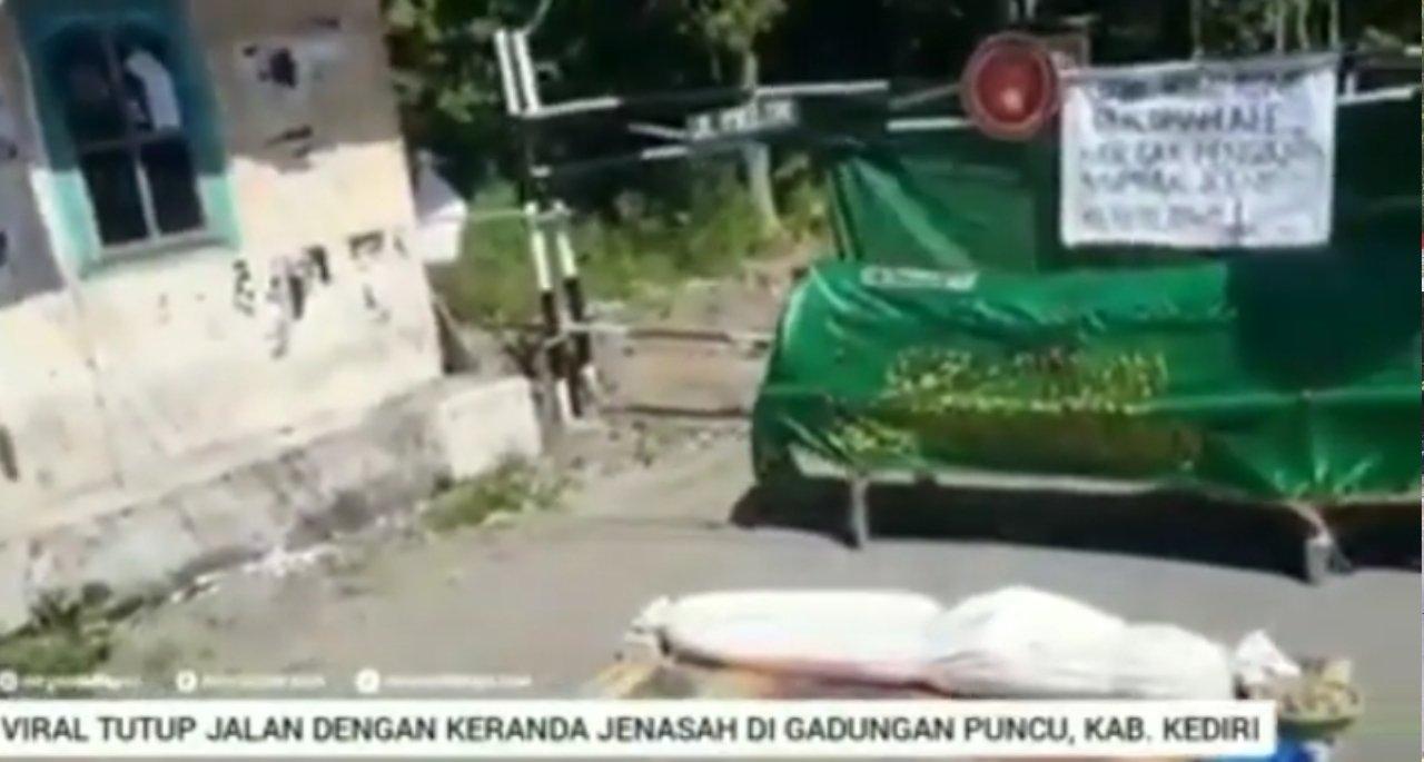Tutup jalan desa Gadungan dengan pocong dan keranda jenazah