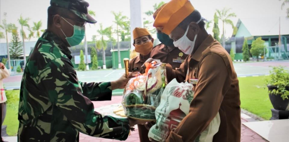Kodim bojonegoro distribusikan paket sembako