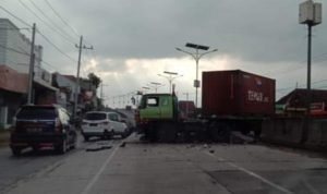 Banting Setir, Trailer Tabrak Pembatas Jalan di Flyover Jombang