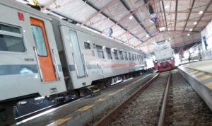 Kereta berhenti di stasiun di wilayah daop 7 Madiun
