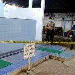 Mayat Pria Bersarung Merah Di Tempat Wudu, Dievakuasi Pakai Protokol COVID-19