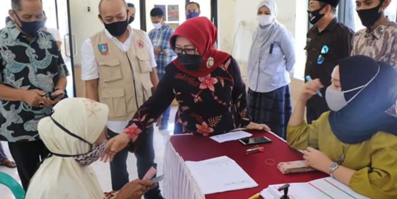 Penyaluran bansos dari provinsi di Mojokrapak Jombang