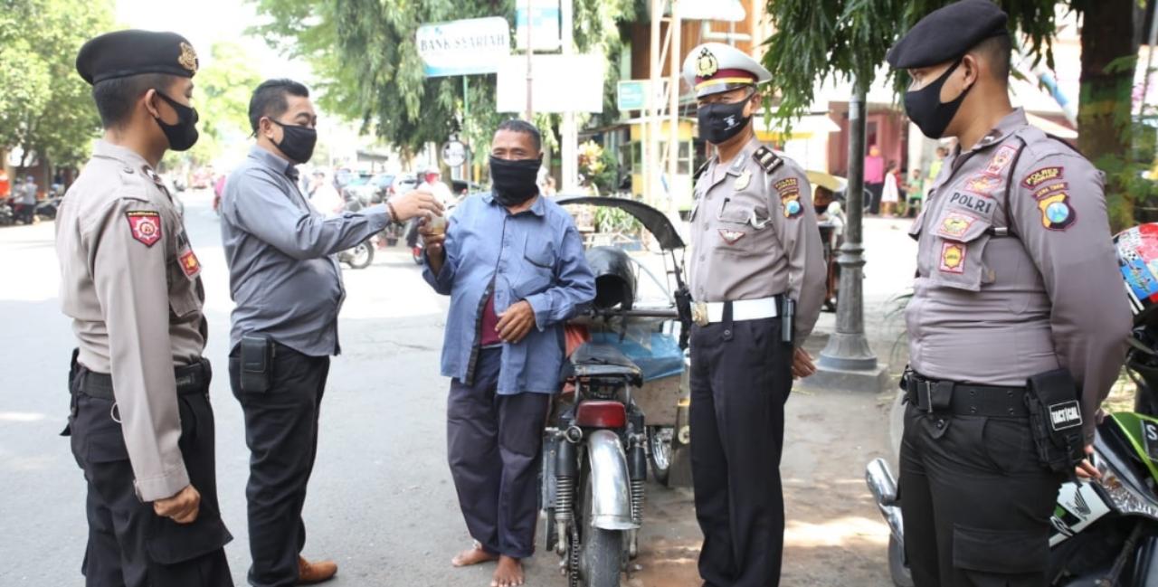 Tingkatkan Gizi, Polisi Bagikan Bubur Kacang Hijau ke Pekerja Jalanan