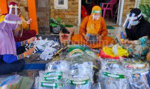 Kreatif, Guru Honorer MAN 4 Jombang Bikin Face Sield, Omzet Rp45 Juta