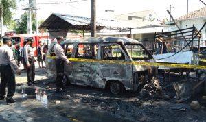 Mobil Zebra Terbakar Lalu Tabrak Motor Dan Warung di Nganjuk