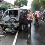 Mobil Perangkat Desa Tabrak Motor di Jombang, 4 Orang Masuk RS