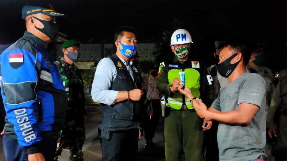 Polisi Sebar Hand Sanitizer Gratis ke Pedagang Warung di Jombang