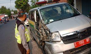 JOMBANG (Jurnaljatim.com) - Mobil ambulans milik Pemdes (Pemerintah Desa) Plandaan, Kecamatan Plandaan ditabrak truk tronton di Jalan Raya Melik, Desa Bedahlawak, Kecamatan Tembelang, Kabupaten Jombang