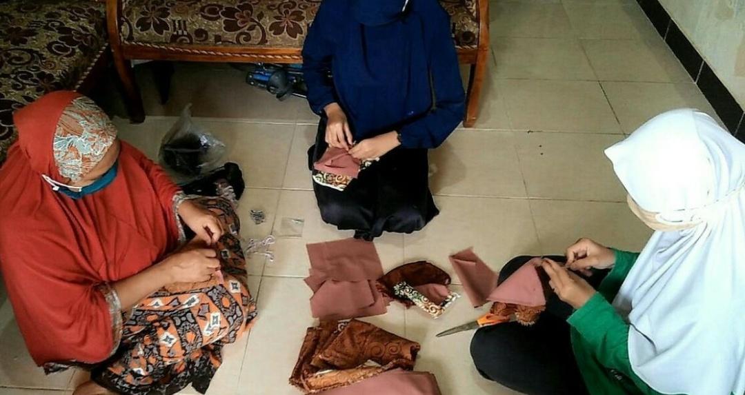 Mahasiswa UMM Produksi Kain Masker Untuk Warga Jombang