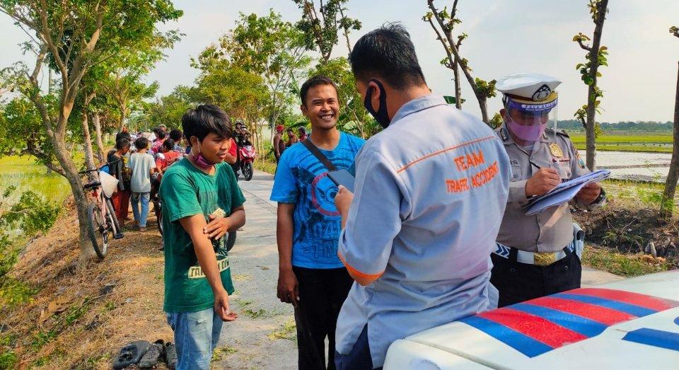 Hindari Makhluk Halus, Truk Boks Nyungsep di Sawah Jombang