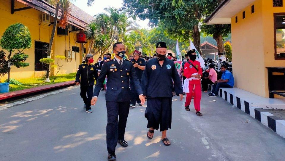 Polres Jombang Dapat Kejutan Paguyuban Pencak Pesilat di HUT Bhayangkara
