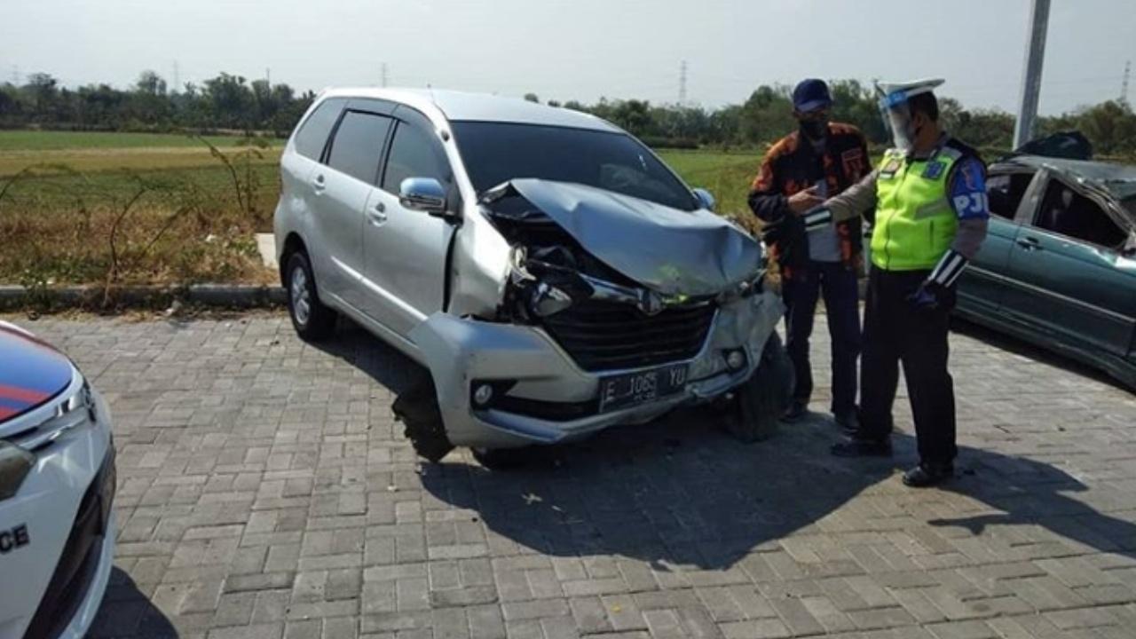 Avanza Selip Ban Tabrak Median di Tol Nganjuk - Ketosono