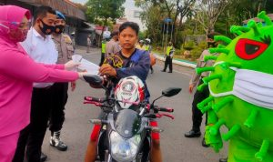 Istri Polisi di Jombang Bagi Masker di Hari Kesantuan Gerak Bhayangkari ke 68