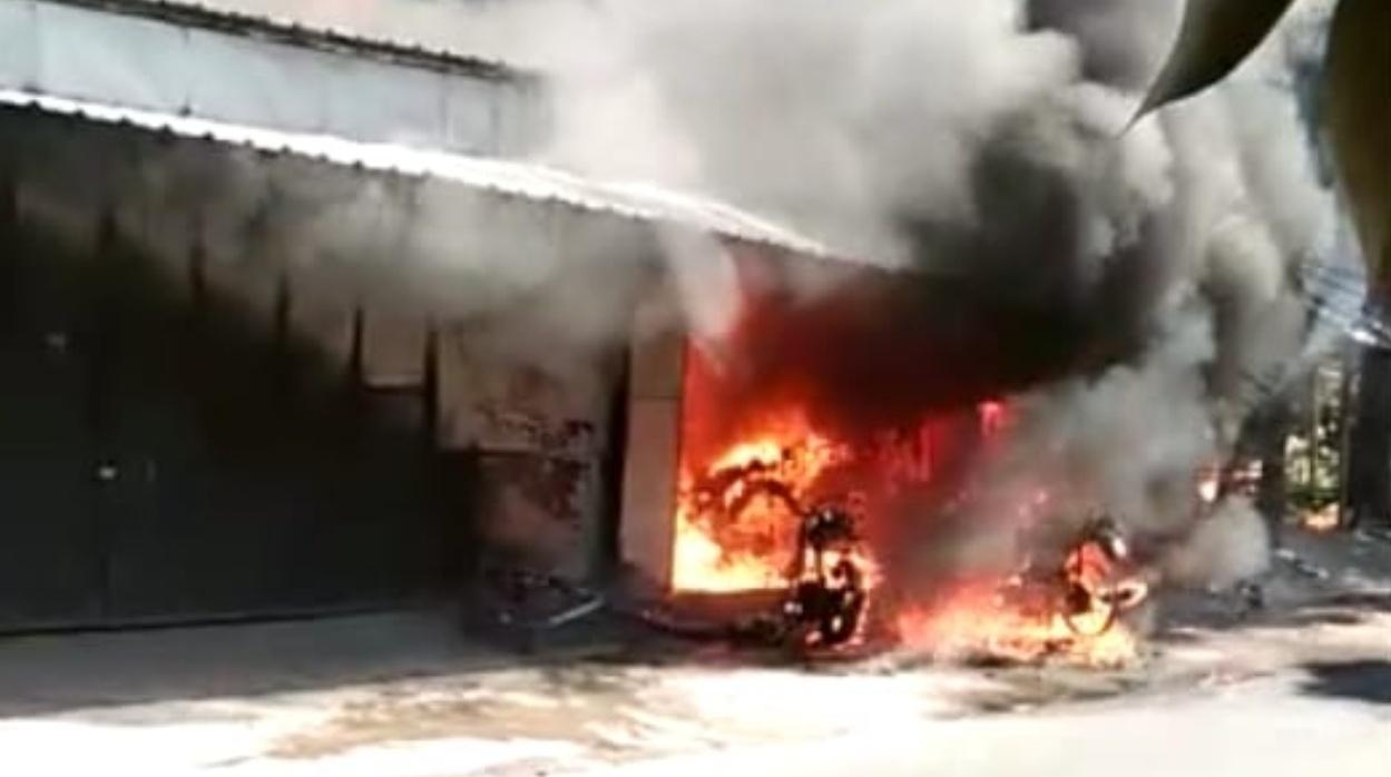 Kompresor sambar bensin, 3 ruko dan lima motor di nganjuk terbakar