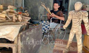 Kisah Difabel Jombang, Kreatif Bikin Kerajinan Bambu Jadi Miniatur