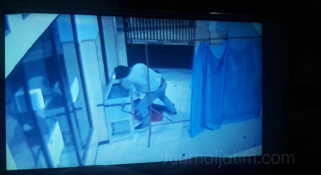 Dua Pria Terekam CCTV Bobol Kotak Amal Musala di Jombang
