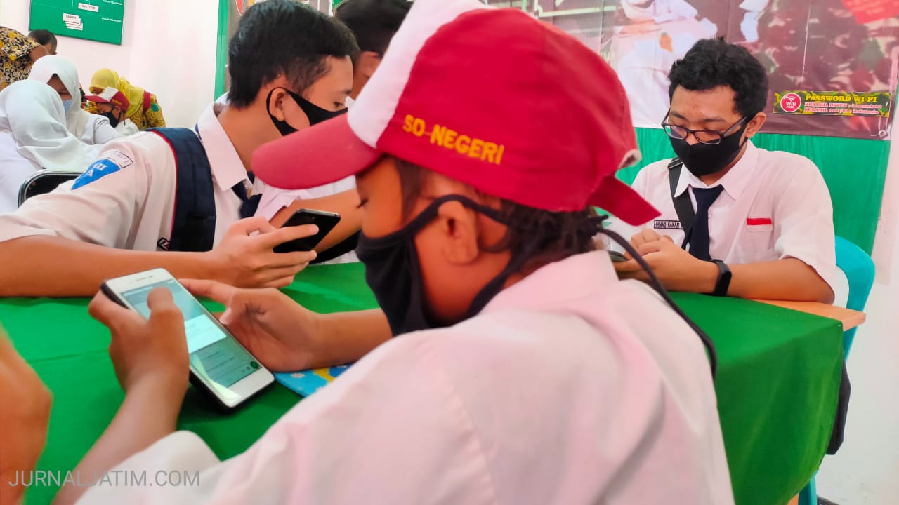 Siswa Belajar Bersama Babinsa di Layanan Internet Gratis Kodim Jombang
