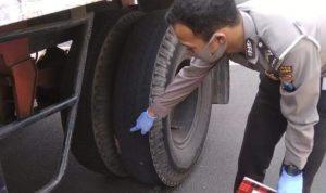 JOMBANG (Jurnaljatim.com) - Seorang pengendara sepeda motor Suzuki GSX R150 nomor polisi W 2888 OK meninggal dunia setelah tubuhnya dilindas mobil truk tangki gandengan