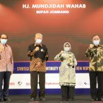 Kinerja Baik, Bupati Dan Bank Jombang Raih Top BUMD Award 2020
