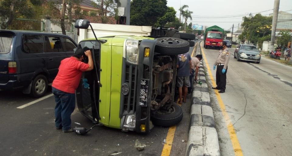 Hindari Motor Menyeberang, Truk Boks Terguling di Jombang