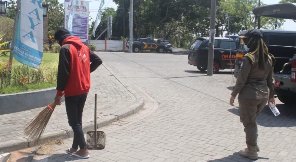 Puluhan Warga Jombang Terjaring Razia Masker Dihukum Sapu Trotoar