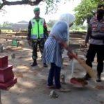 Belasan Warga Jombang Tak Pakai Masker Disanksi Bersihkan Kuburan