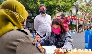 Tak Pakai Masker, Cewek Rambut Pirang Dihukum Nyanyi Lagu Kebangsaan
