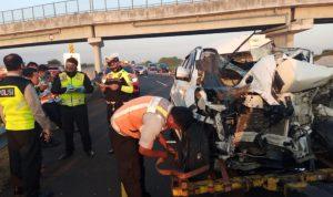 Dua Mobil Rusak Berat Akibat Tabrakan Beruntun di Tol Jombang