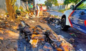 Truk Muat Kardus Bekas Terbakar di Jalan Brigjen Kretarto Jombang