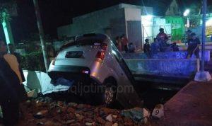 Laka Tunggal, Minibus Tabrak Warung Lalu Terjungkal ke Sungai di Jombang