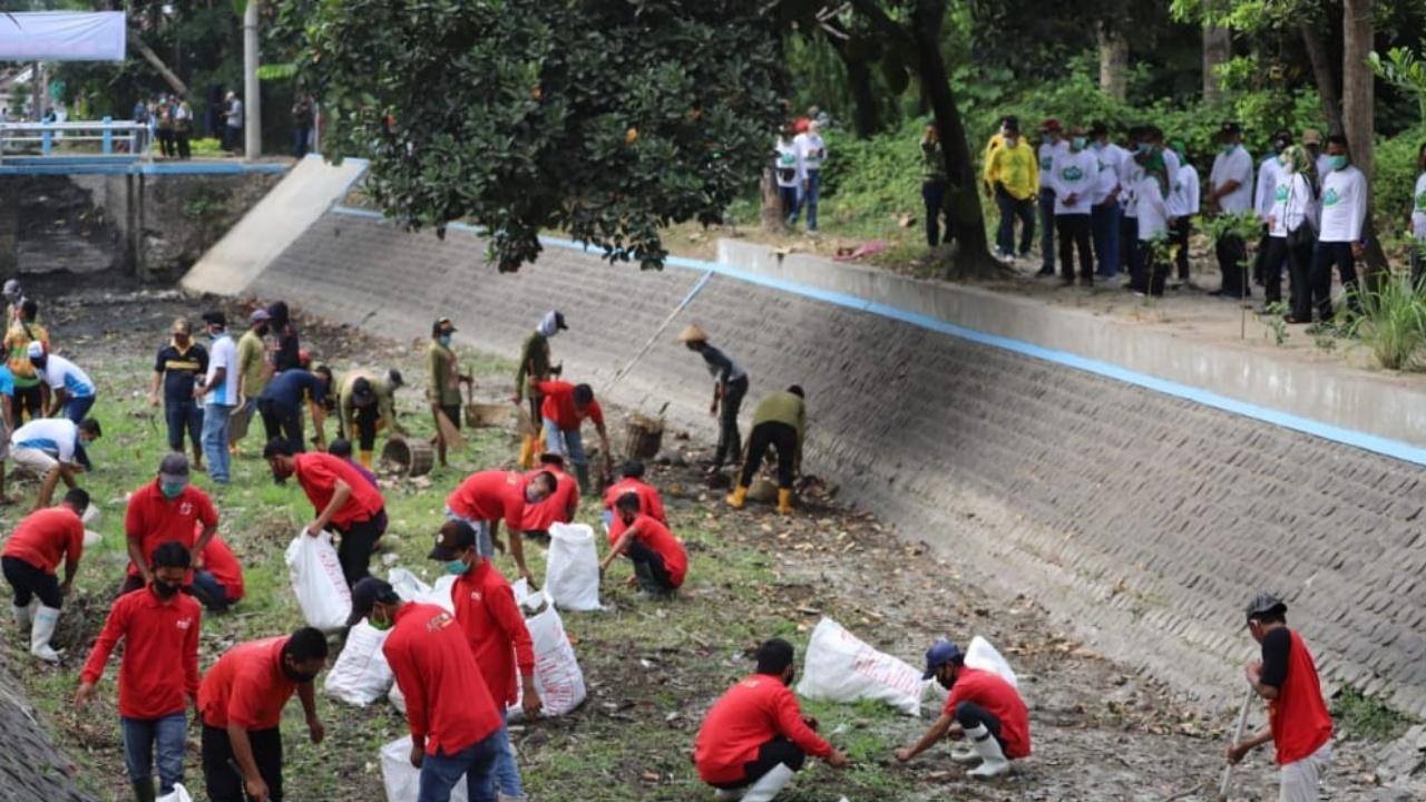 Jelang Musim Hujan, Warga Jombang Kompak Bersihkan Sungai Gude