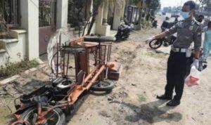 Ban Meletus, Mercedes Benz Hantam Becak Mesin di Jombang, 1 Tewas