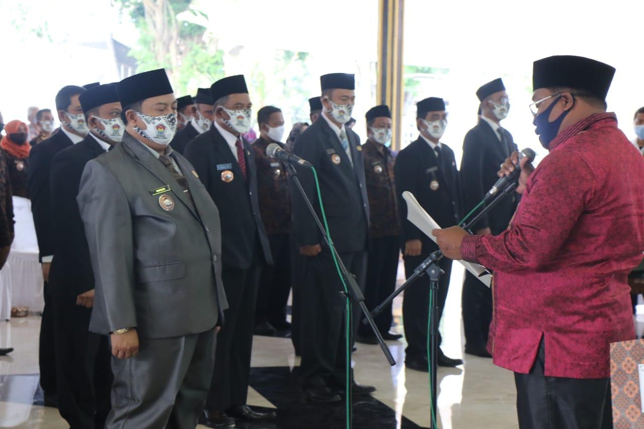 Mundjidah Kukuhkan Warsubi Ketua AKD Jombang Periode 2020-2025