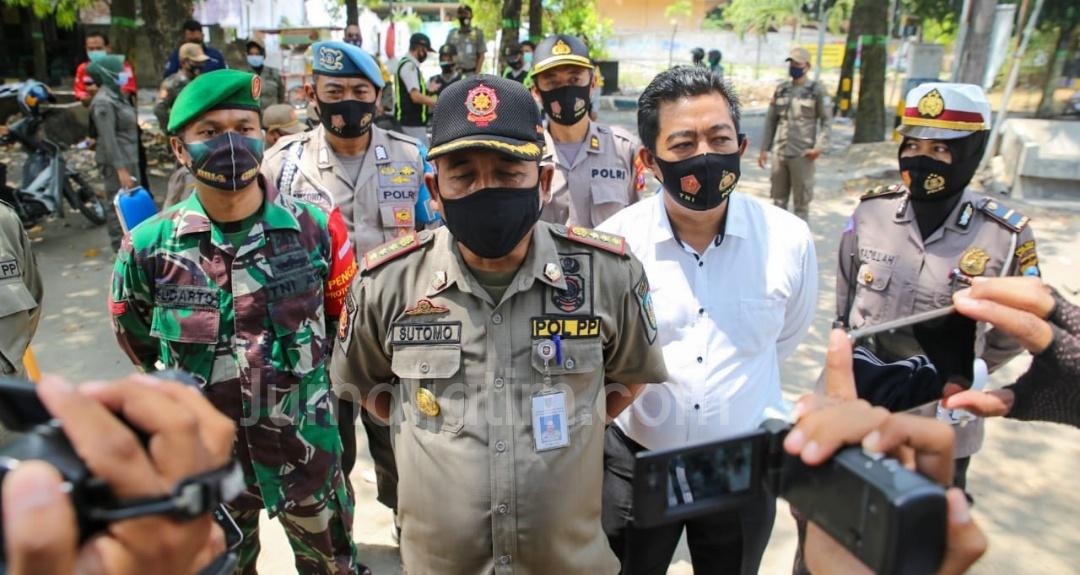 Terjaring Razia Masker di Jombang, Pengendara Motor Alasan Keliru Jaket