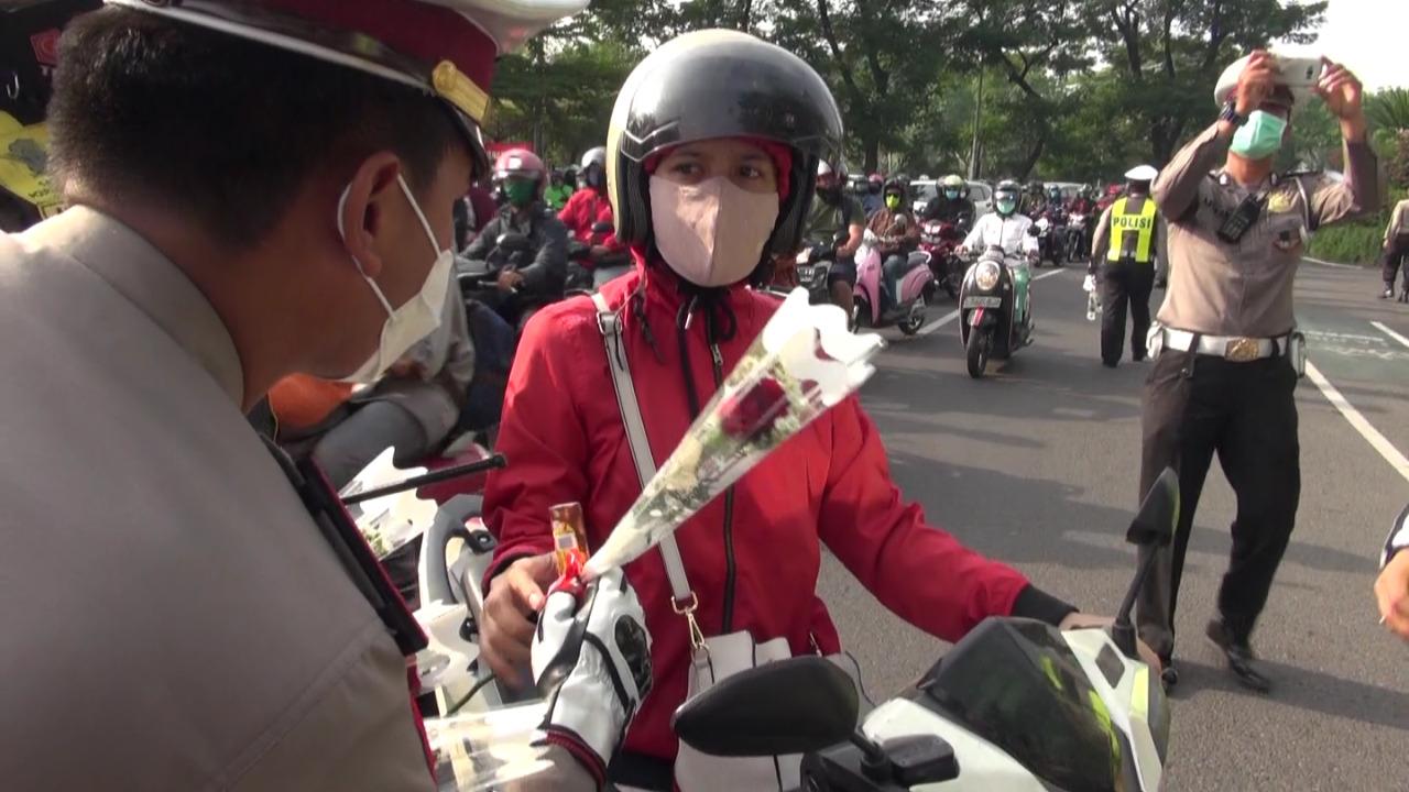 Hari Pertama Operasi Zebra, Polrestabes Surabaya Bagi-bagi Bunga