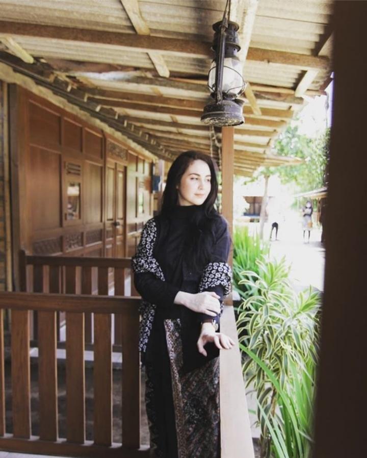 Potret Arumi Bachsin Dengan Masyarakat Suku Osing di Banyuwangi