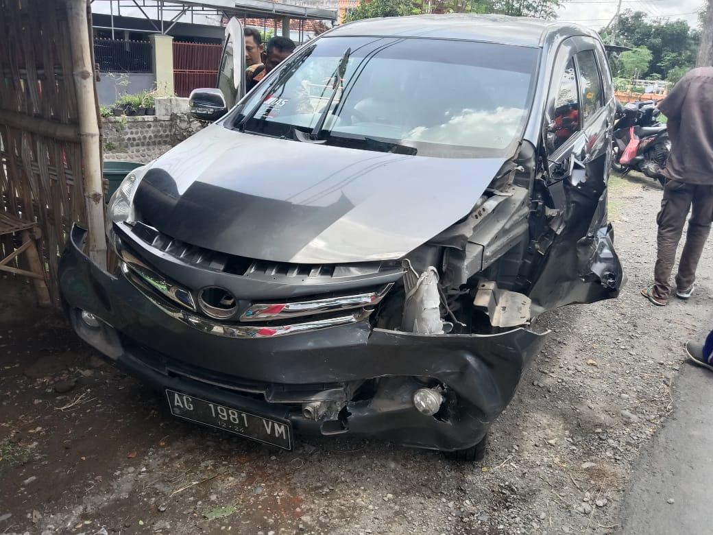 Mobil Avanza Alami Laka Karambol, Tabrak Truk Dan Brio di Jombang