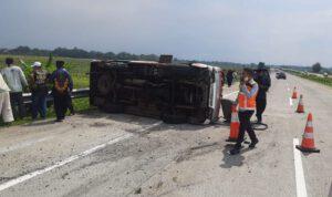 Isuzu Elf Ditumpangi 18 Orang Kecelakaan di Tol Jombang, 1 Orang Tewas