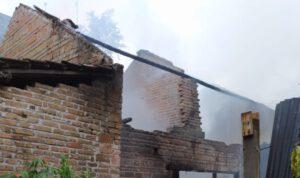 Ditinggal Pemilik Keluar, Rumah Warga Semampir Kediri Hangus Terbakar