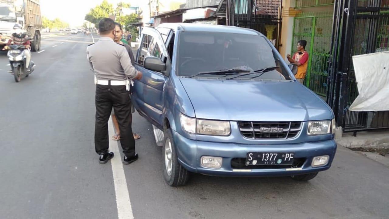 Ceroboh Buka Pintu Mobil, Pengendara Motor Matik di Jombang Celaka
