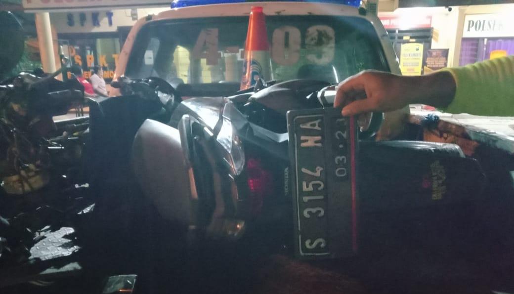 Gagal Mendahului, Motor Ringsek Tabrak Gran Max di Sumobito Jombang